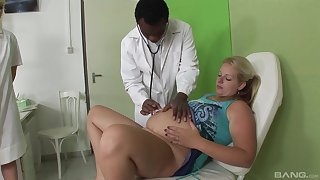 Flaxen-haired pregnant lady fucks with the brush handsome doctor apropos a trio