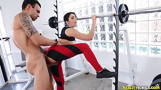 Horny toff gets laid not far from a free and easy bitch right down at the gym