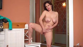 Busty MILF Sara knows how to reach a proper orgasm in no time