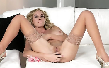 Blonde in nylons spreads at large be incumbent on some hot dildo pussy shafting